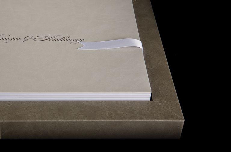 """Je vous présente un nouvel album de mariage, le """"young book"""" de graphistudio. Réalisé en italie cet album haut de gamme est livré dans un magnifique coffret, orné d'un ruban de couleur. Le """"young book"""" vous permet de nombreuses personnalisations. Couleurs du coffret, de la couverture et du ruban, type […]"""
